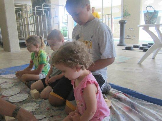 أوشن ريف ريزورت: My kids during one of the daily activites..Making Memory Boxes 