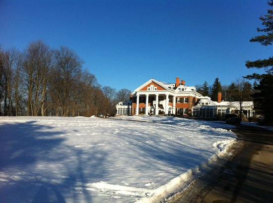 Langdon Hall Country House Hotel & Spa: View from the drive