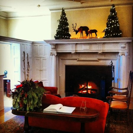 Langdon Hall Country House Hotel & Spa: Fireplace in the entry