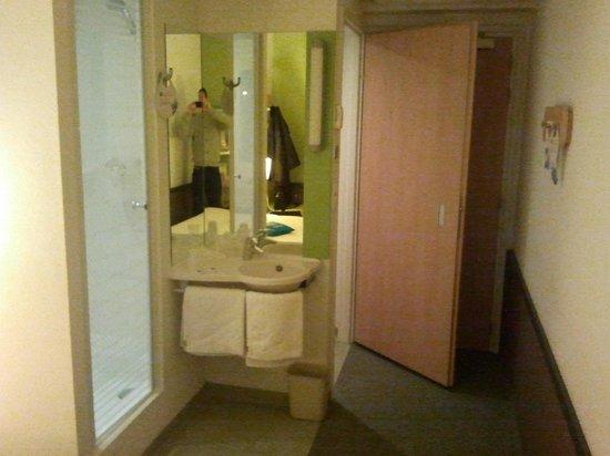 Ibis Budget Katowice Centrum: foto efectuada desde la habitación a la izquierda la entrada a la ducha y a la derecha la entrad