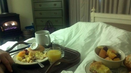 EuroSpa & Inn: Wicker tray in room allows you to bring Joanne's great breakfast back to your bed.