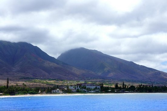 Lahaina Shores Beach Resort: Lahaina Shores from the submarine water-shuttle