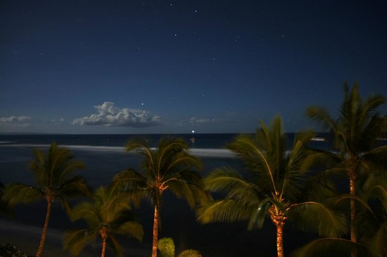 Lahaina Shores Beach Resort: Night exposure from balcony
