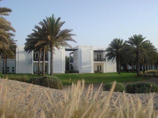 The Chedi Muscat – a GHM hotel: Blick vom Strand auf das Hotel