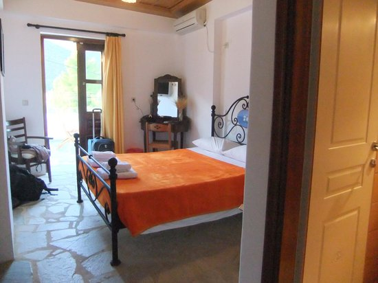 Paraliako Hotel:                   lovely room that opens on to porch