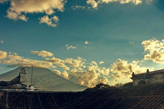 D'Leyenda Hotel: Vista al Volcán de Agua.
