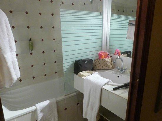 Hotel Residence La Fontaine Aux Bretons : la salle de bain