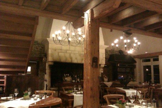 Hotel Residence La Fontaine Aux Bretons : la salle de restaurant