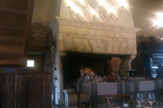 Hotel Residence La Fontaine Aux Bretons : la cheminée du restaurant et le petit déjeuner