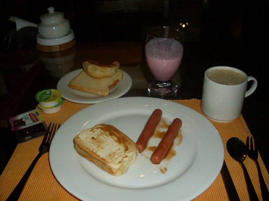 Molicie Hotel: Desayuno: Salchichas a la brasa, sandwich de queso, café con leche.