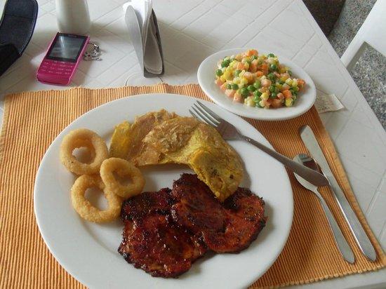 Molicie Hotel: Almuerzo (en el comedor junto a la piscina) Medallones de cerdo BBQ, anillos de cebolla, patacon