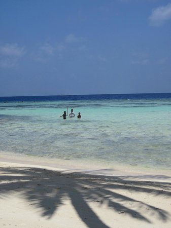 WhiteShell Beach Inn: Maafushi children playing near the White Shell