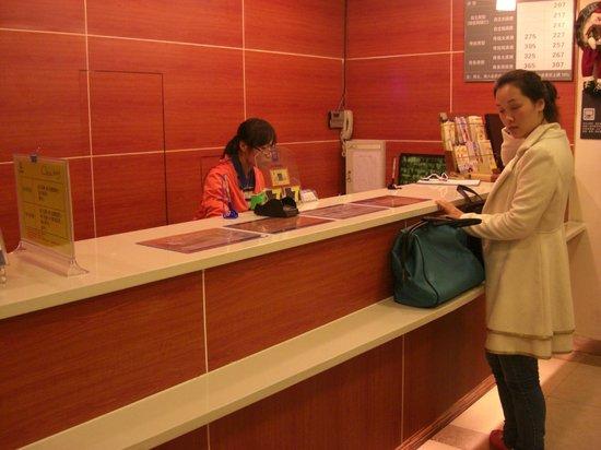 7 Days Inn Shenzhen Train Station: front desk