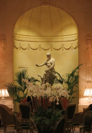 Hotel Ritz, Madrid:                   Bar seating area off the lobby....