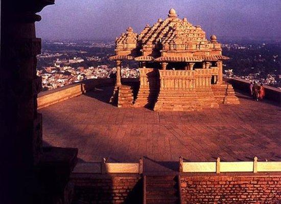 Γκβαλιόρ, Ινδία:                   Sas Bahu Temple Gwalior