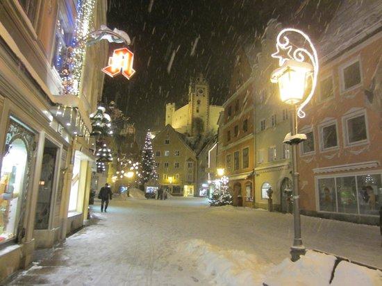 Altstadt von Fuessen: Precioso paseo, bajo los copos de nieve en el idílico pueblo de Füssen en Navidad