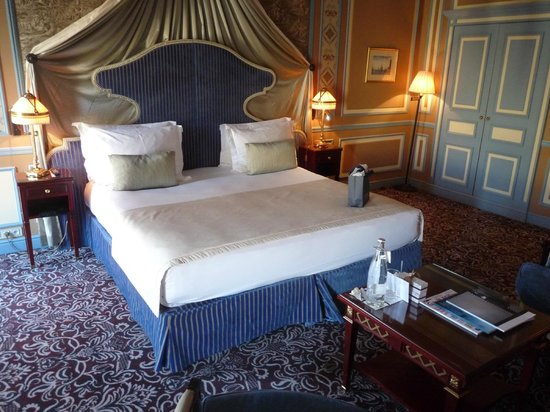 InterContinental Bordeaux Le Grand Hotel: grand lit confortable