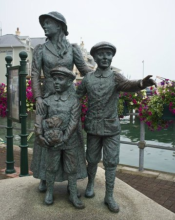 Cobh Heritage Centre: The statue outside the Heritage CVentre