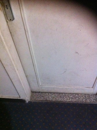 New Garden Palace Hotel:                   condition of bathroom door