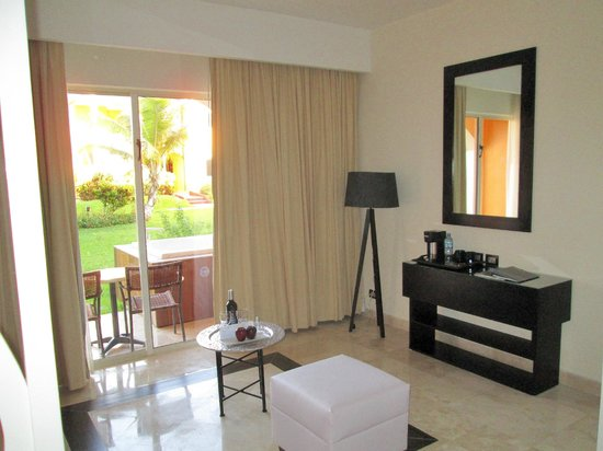 Ocean Maya Royale:                   Sit down area with coffee maker-Jacuzzi outside the door
