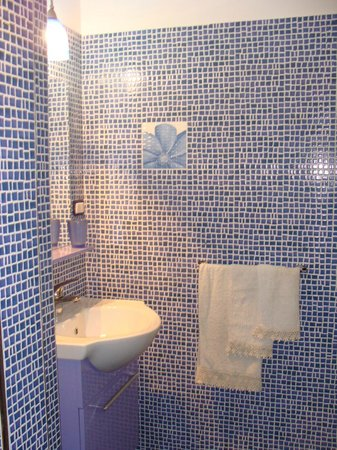 3B Beauty Bed and Breakfast: Bagno blu in camera
