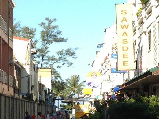 Patong Resort: Strada per il mare