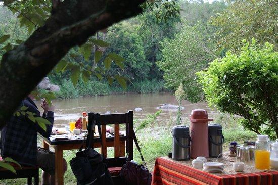 Mara Timbo Camp:                   ontbijten in de natuur