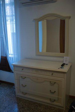 Ca' Loredan : cassettiera e specchio