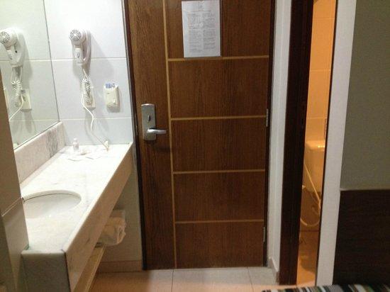 Quarto muito pequeno  Foto de Hotel Corais de Tambaú, João Pessoa  TripAdvisor -> Pia Para Banheiro Df