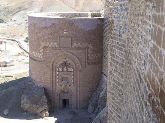 Hosap Castle (Hosap Kalesi): Main entrance
