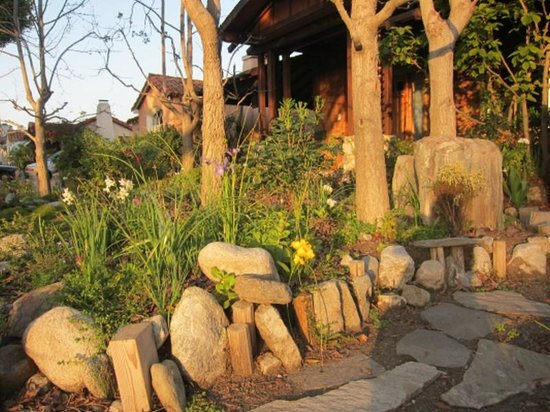 Craftsman House Bed and Breakfast Los Angeles: front yard in the afternoon