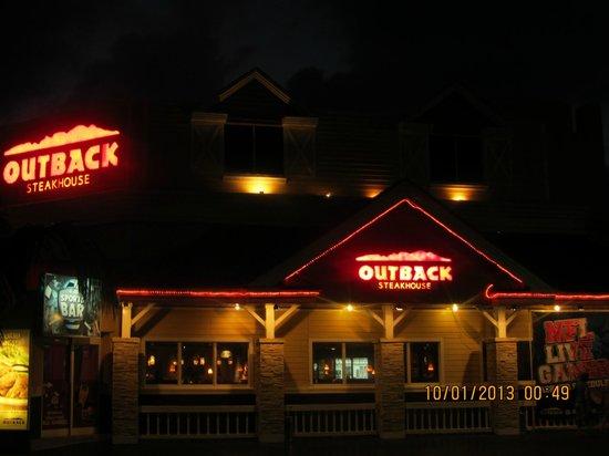 Outback Steakhouse: Außenansicht bei Nacht