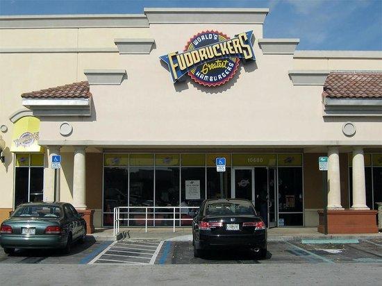 Fuddruckers:                   El restaurante cuenta con un amplio estacionamiento.