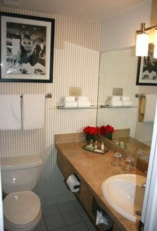 Artmore Hotel: Guest Room Bathroom