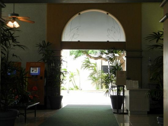 Aston Waikiki Sunset: Entrée de l'hôtel