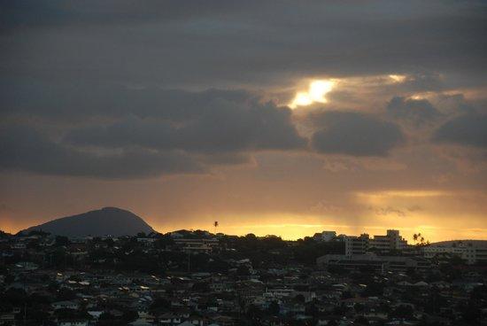 Aston Waikiki Sunset: Vue sur la montagne de la chambre