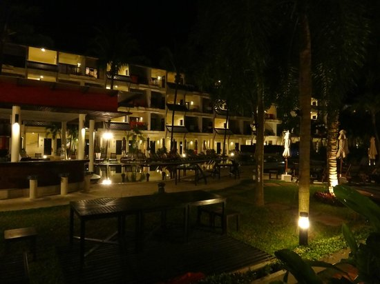 Swissotel Resort Phuket Kamala Beach: swim up bar and pool by night