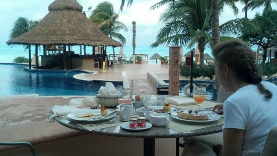 Grand Fiesta Americana Coral Beach Cancun:                   Could you ask for a better setting for breakfast?