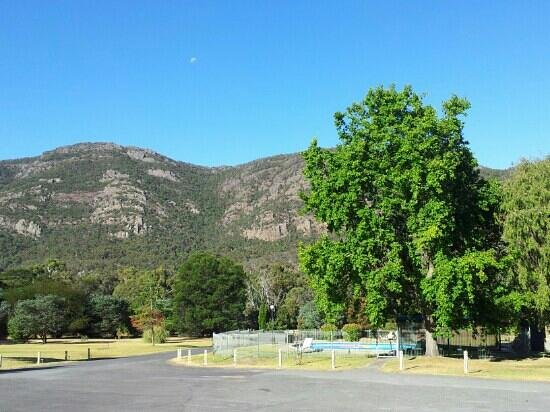 The Grampians Motel & The Views Restaurant, Halls Gap:                   view to pool