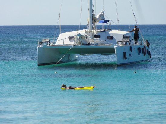 Mayan Princess Beach & Dive Resort: Lovely boats anchored just outside the swimming area