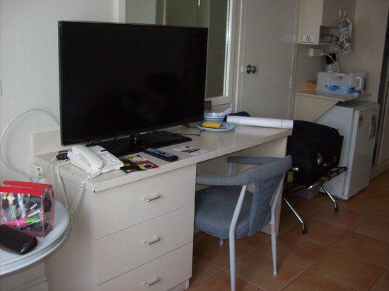 فورست هوتل آند أبارتمينتس:                   Our room -sorry about the mess :-)                 