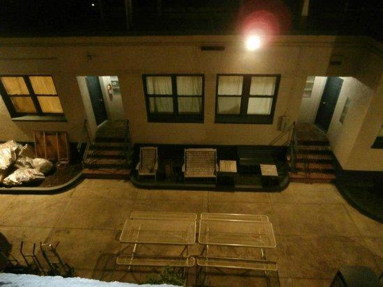 เชลซีอินเตอร์เนชั่นแนล โฮสเทล:                   View from our room...what you are seeing is courtyard and bigger quarters