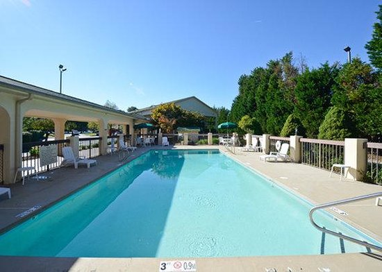 Quality Inn University: Outdoor pool with sundeck