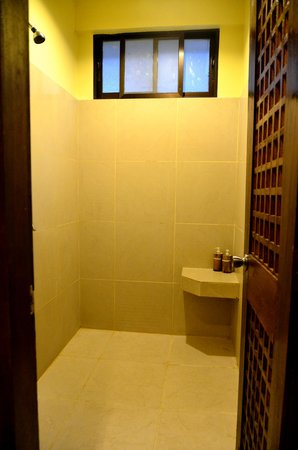 La Luz Beach Resort: Shower