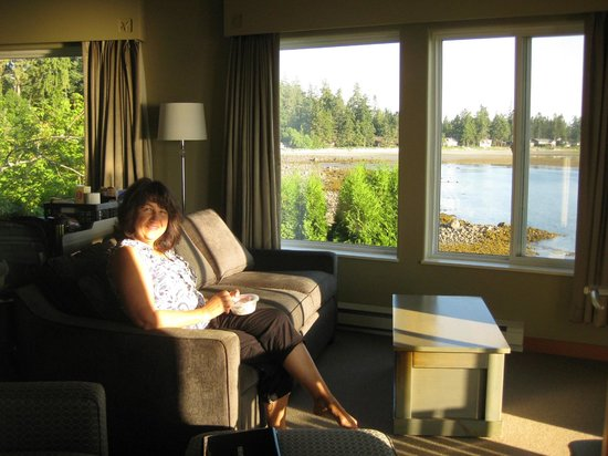 Kingfisher Oceanside Resort and Spa: Enjoying the views and morning sunshine.