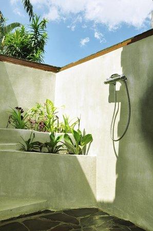 سوباك تابولا فيلا: Salle de bains extérieure chambre sedap malam