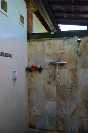 Subak Tabola Villa: Salle de bains chambre Teratai