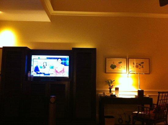 رافلز جراند أوتل دانجكور:                   The closet where it is separated by the TV                 