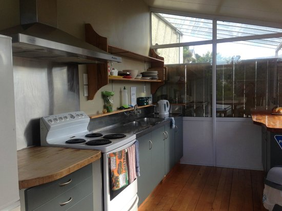 Kiwis Nest: 大きいほうのキッチン 冷蔵庫も使えます