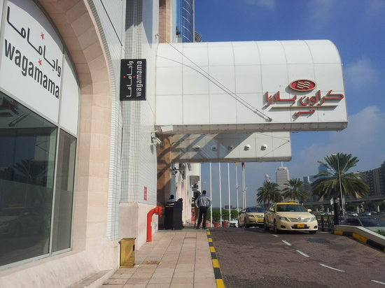 Crowne Plaza Hotel Dubai: hotel entrance